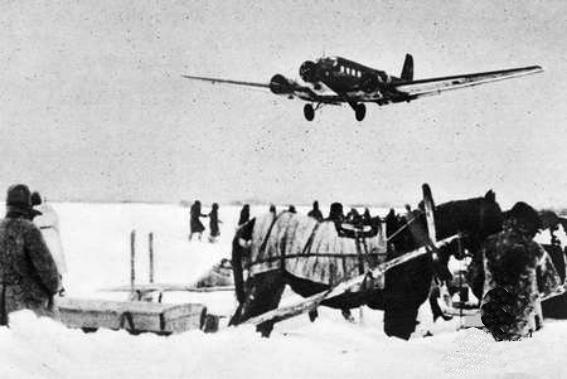 Ju_52_approaching_Stalingrad_late_1942.jpg