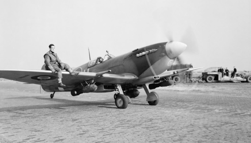 Spitfire_Mk_IXe_412_Sqn_armed_with_a_250-lb_GP_bombs_at_B80_Volkel.jpg