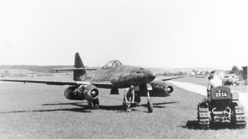Bundesarchiv_Bild_141-2497,_Flugzeug_Me_262A_auf_Flugplatz.jpg