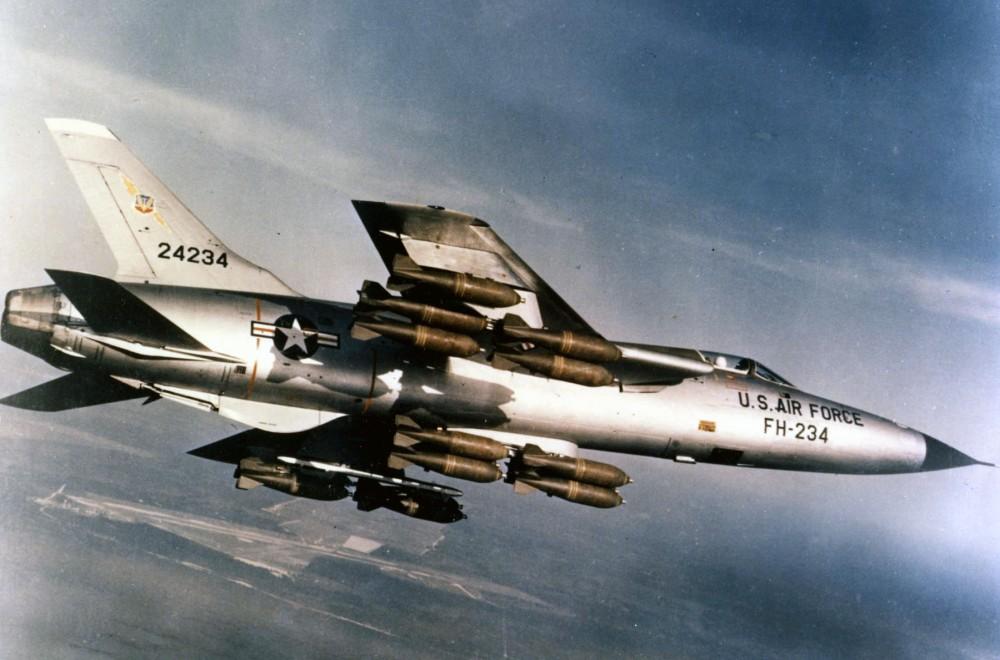 Republic_F-105D-30-RE_(SN_62-4234)_in_flight_with_full_bomb_load_060901-F-1234S-013.jpg