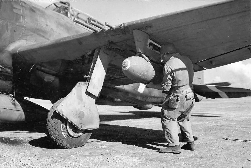 USAAF-P47-loading-ordinance.jpg